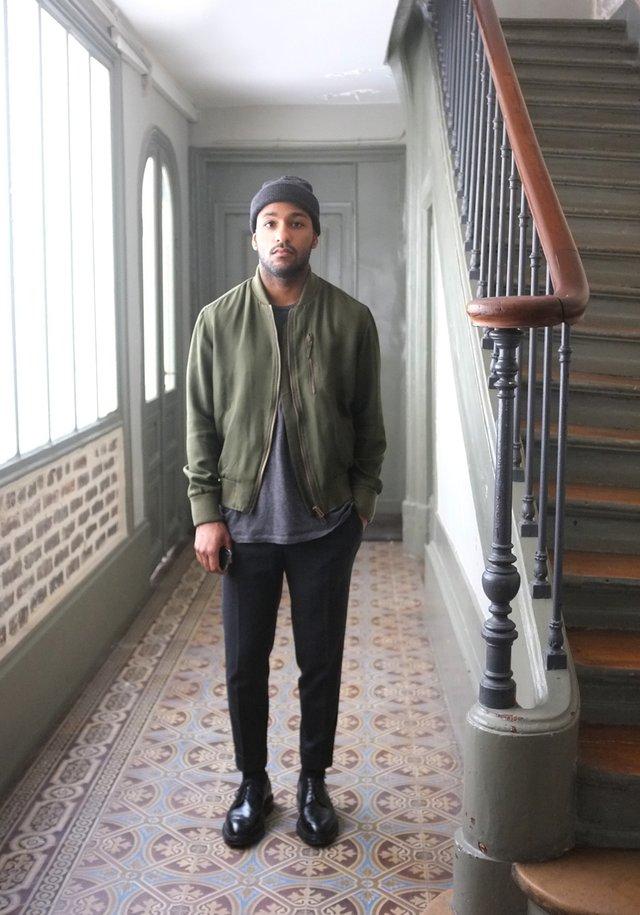 Як і з чим носити чоловічі бомбери: 10 модних образів на всі випадки життя - фото 396220