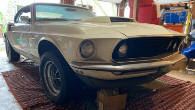 Рідкісний Ford Mustang простояв в гаражі 39 років - фото 396348