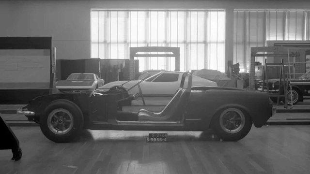 Ford показав загадковий Mustang з двигуном посередині - фото 396643