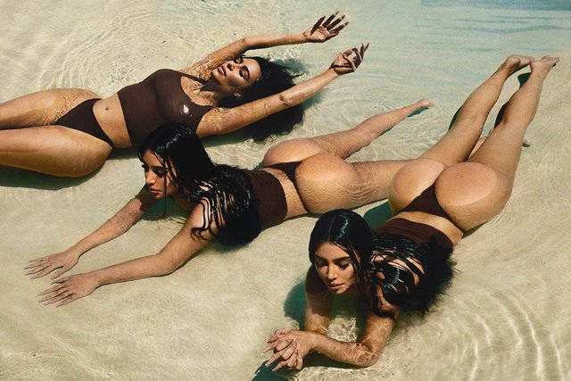 Володарка найпопулярніших сідниць роздяглась на пляжі: пікантні фото - фото 396987