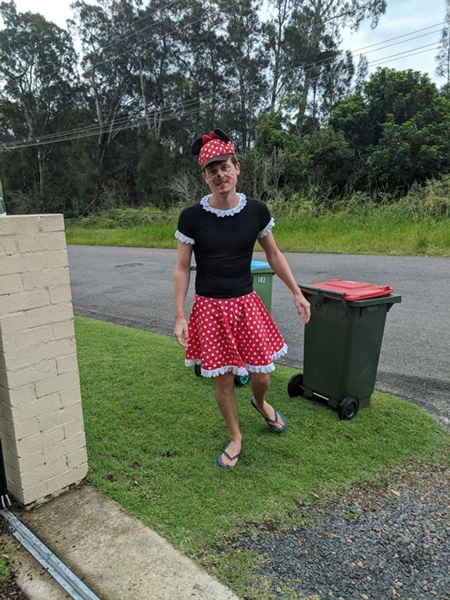 Австралійці влаштували флешмоб-маскарад біля сміттєвого бака - фото 397106