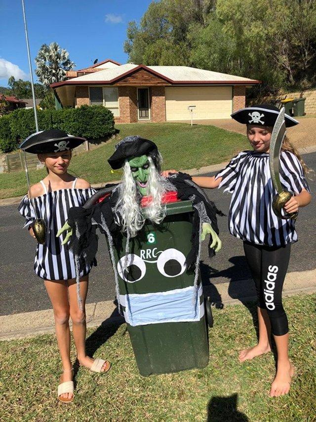 Австралійці влаштували флешмоб-маскарад біля сміттєвого бака - фото 397107