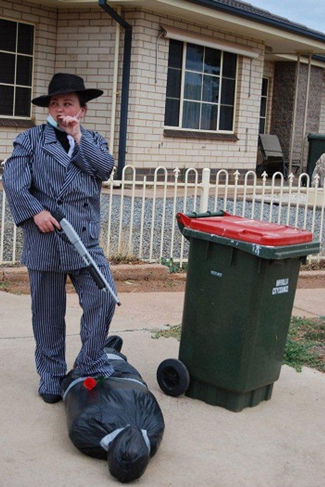Австралійці влаштували флешмоб-маскарад біля сміттєвого бака - фото 397108