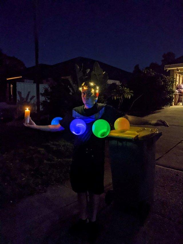 Австралійці влаштували флешмоб-маскарад біля сміттєвого бака - фото 397110
