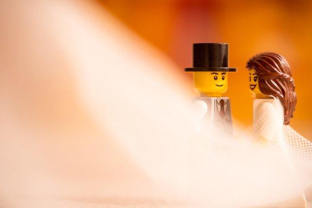 Карантин – не завада: весільний фотограф зробив фотосесію для Lego-молодят - фото 398104
