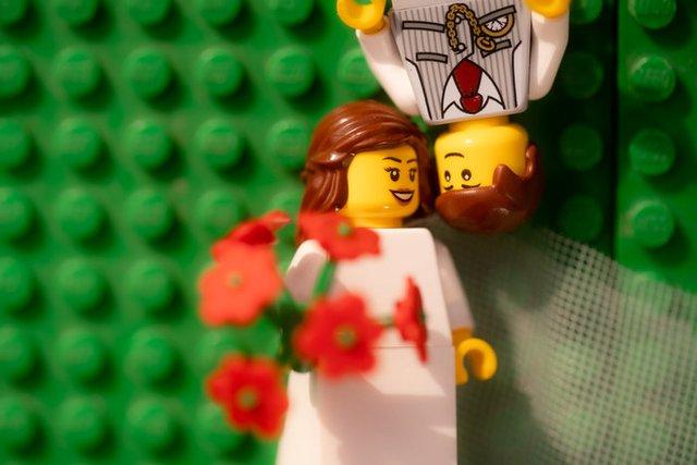 Карантин – не завада: весільний фотограф зробив фотосесію для Lego-молодят - фото 398108
