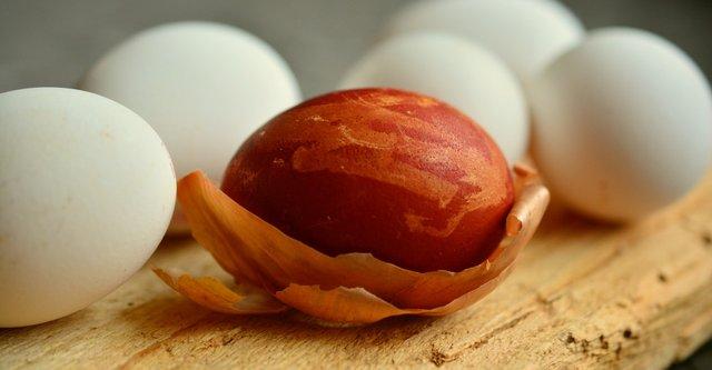 Як пофарбувати яйця у цибулинні чи інших продуктах: покрокова інструкція - фото 398712
