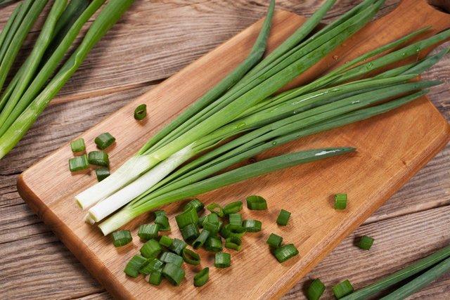 Зелена цибуля не лише смачна, а й дуже корисна - фото 399565
