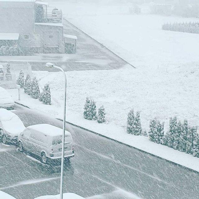 Європу засипало снігом: епічні фото - фото 403546