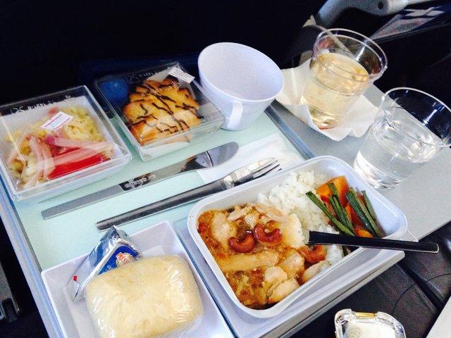 Стюардеса розповіла, чим небезпечна їжа в літаку - фото 403992