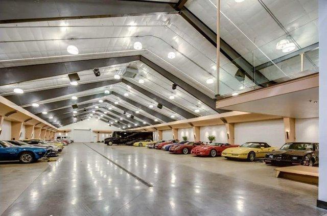 У США продається вілла з гаражем на 100 авто - фото 404763