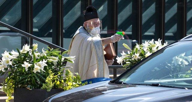 У США священник освячує парафіян за допомогою водяного пістолета: кумедні фото - фото 404981