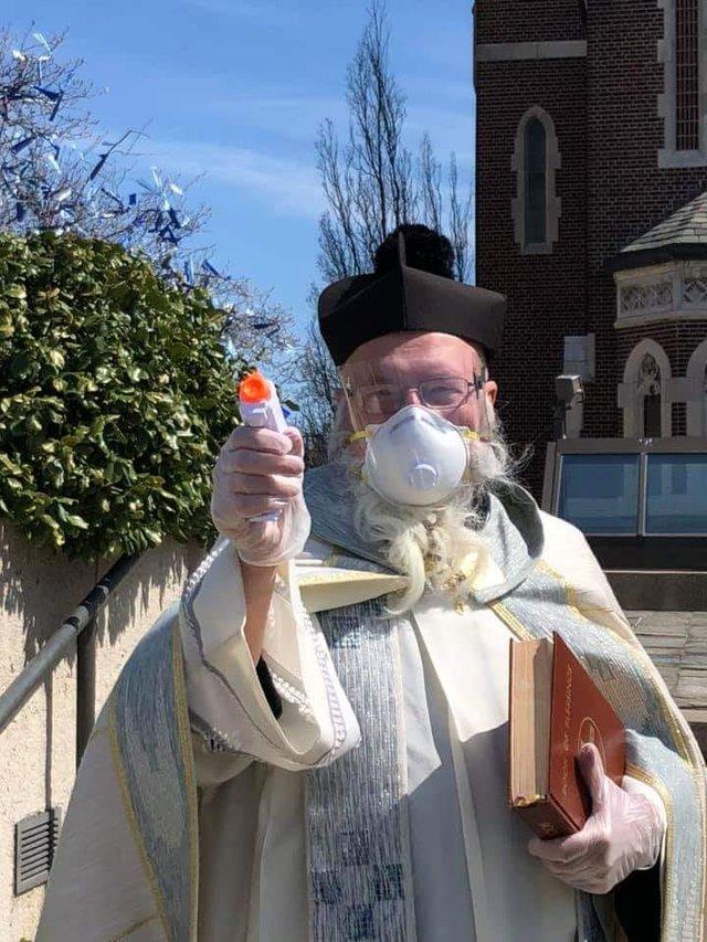 У США священник освячує парафіян за допомогою водяного пістолета: кумедні фото - фото 404984