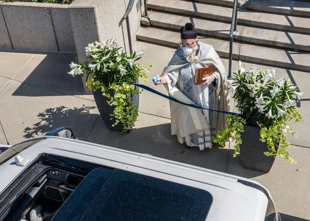 У США священник освячує парафіян за допомогою водяного пістолета: кумедні фото - фото 404986