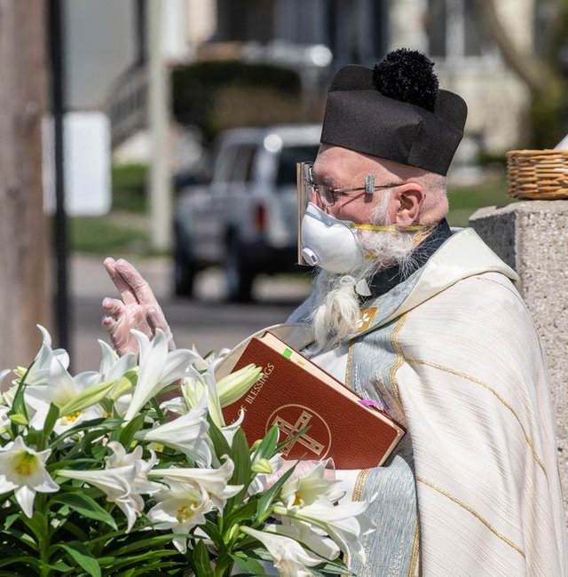 У США священник освячує парафіян за допомогою водяного пістолета: кумедні фото - фото 404987