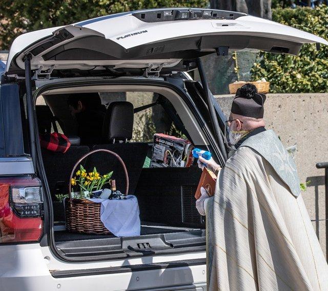 У США священник освячує парафіян за допомогою водяного пістолета: кумедні фото - фото 404988