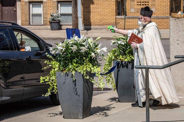У США священник освячує парафіян за допомогою водяного пістолета: кумедні фото - фото 404989