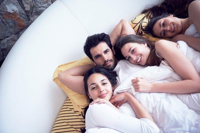 Не лише чоловіки думають про груповий секс - фото 405248