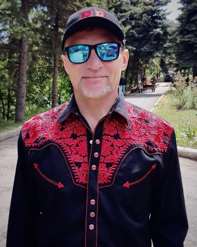 Загадкова Каменських та яскравий DZIDZIO: фото українських зірок у вишиванках - фото 405397