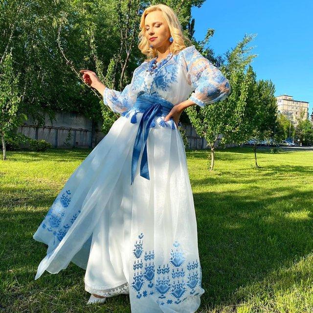 Загадкова Каменських та яскравий DZIDZIO: фото українських зірок у вишиванках - фото 405399