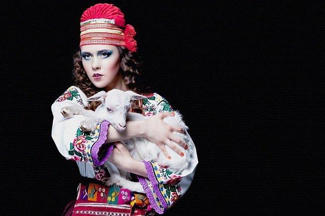 Загадкова Каменських та яскравий DZIDZIO: фото українських зірок у вишиванках - фото 405401