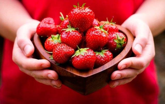 Названі вагомі причини частіше їсти полуницю - фото 405597