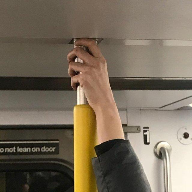 Фотограф показує, як безпечно проїхатися в метро: знімки рук обережних пасажирів - фото 406423