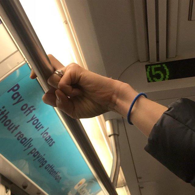 Фотограф показує, як безпечно проїхатися в метро: знімки рук обережних пасажирів - фото 406424