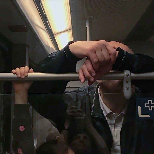 Фотограф показує, як безпечно проїхатися в метро: знімки рук обережних пасажирів - фото 406425