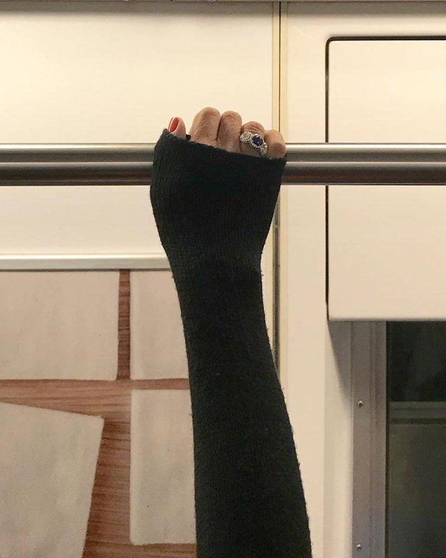 Фотограф показує, як безпечно проїхатися в метро: знімки рук обережних пасажирів - фото 406426