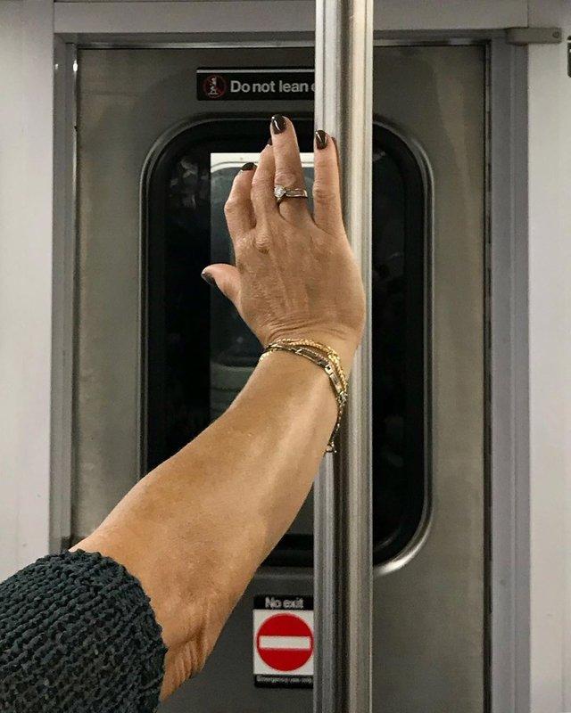 Фотограф показує, як безпечно проїхатися в метро: знімки рук обережних пасажирів - фото 406428