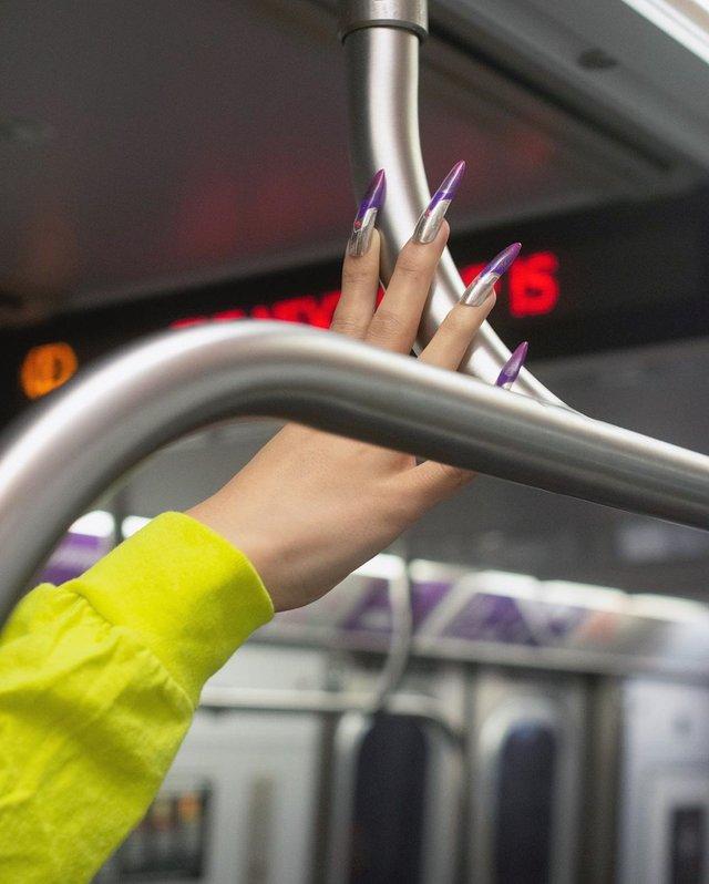 Фотограф показує, як безпечно проїхатися в метро: знімки рук обережних пасажирів - фото 406429