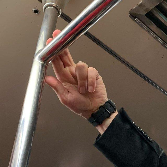 Фотограф показує, як безпечно проїхатися в метро: знімки рук обережних пасажирів - фото 406432