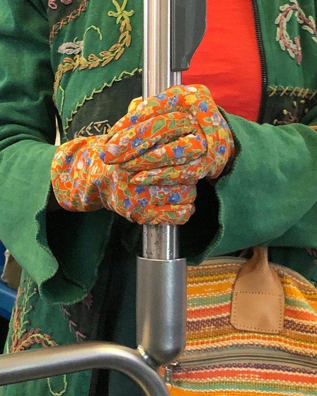 Фотограф показує, як безпечно проїхатися в метро: знімки рук обережних пасажирів - фото 406434