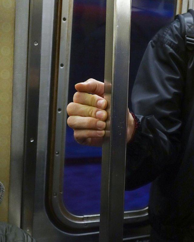 Фотограф показує, як безпечно проїхатися в метро: знімки рук обережних пасажирів - фото 406435