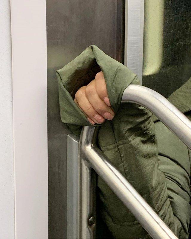 Фотограф показує, як безпечно проїхатися в метро: знімки рук обережних пасажирів - фото 406437