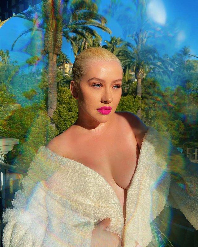 Крістіна Агілера знялася в халаті на голе тіло: пікантне фото (18+) - фото 406525