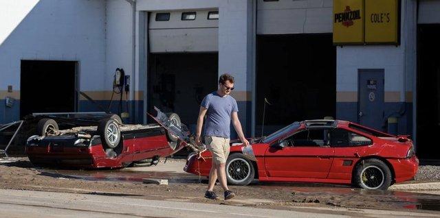 У США накрило водою і змило автомобільний музей: наслідки прориву двох дамб у фото - фото 407038