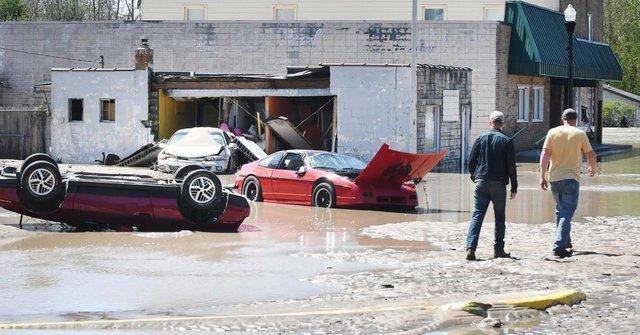 У США накрило водою і змило автомобільний музей: наслідки прориву двох дамб у фото - фото 407041
