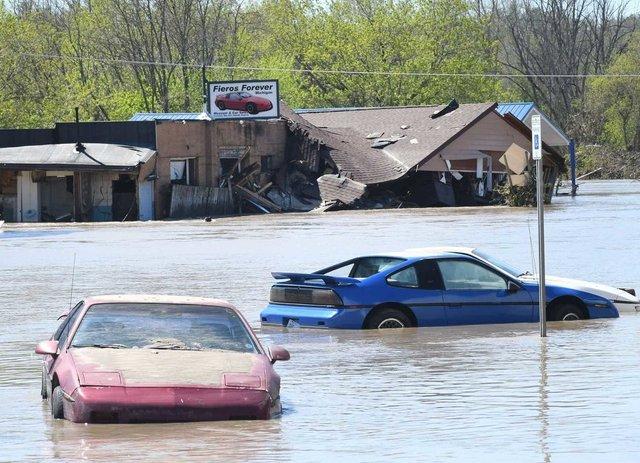 У США накрило водою і змило автомобільний музей: наслідки прориву двох дамб у фото - фото 407043
