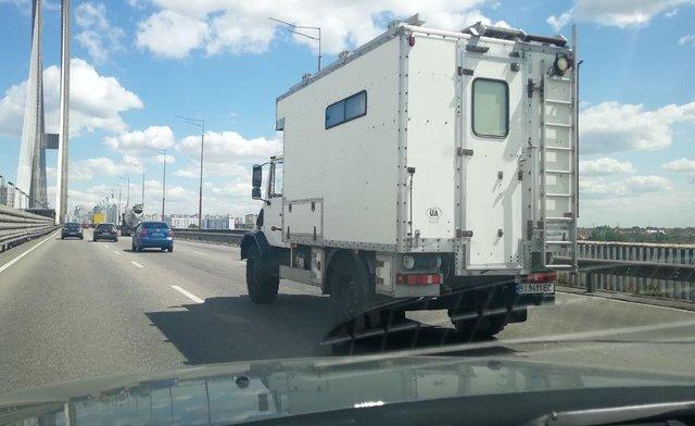 В Україні помітили рідкісний будинок-позашляховик від Mercedes - фото 407114