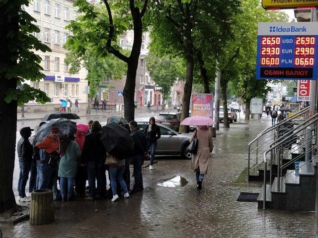 Черги під банками в Тернополі - фото 407867