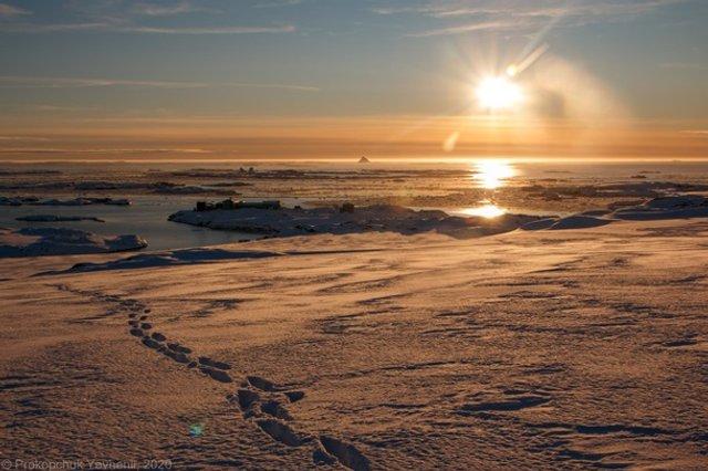 Українські полярники поділилися дивовижними знімками айсберга - фото 408099