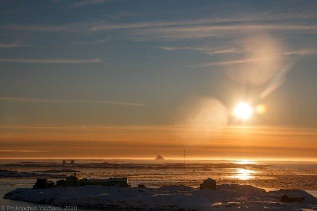 Українські полярники поділилися дивовижними знімками айсберга - фото 408100