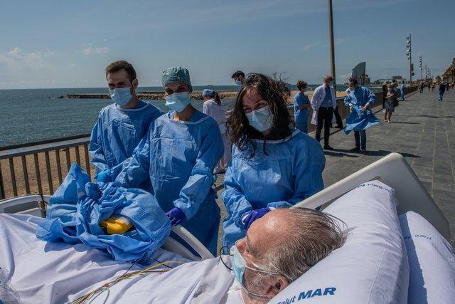 У Барселоні пацієнтів, які хворіють на COVID-19, возять на пляж: зворушливі фото - фото 408255