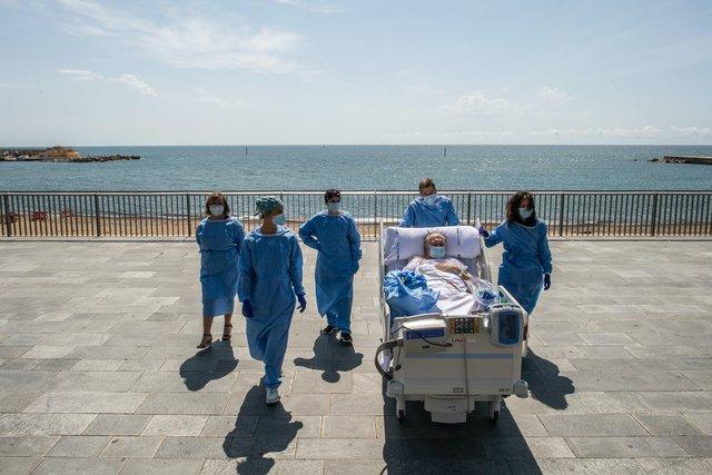 У Барселоні пацієнтів, які хворіють на COVID-19, возять на пляж: зворушливі фото - фото 408256