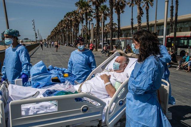 У Барселоні пацієнтів, які хворіють на COVID-19, возять на пляж: зворушливі фото - фото 408257