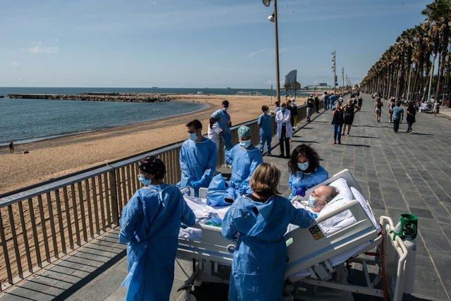 У Барселоні пацієнтів, які хворіють на COVID-19, возять на пляж: зворушливі фото - фото 408258