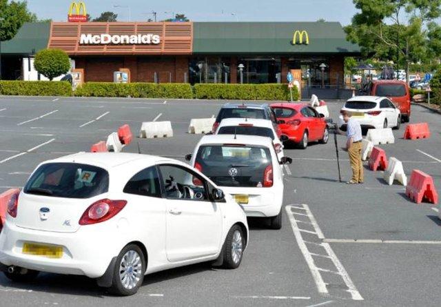 Відомого англійського футболіста помітили в черзі в McDonald's: фотофакт - фото 408692