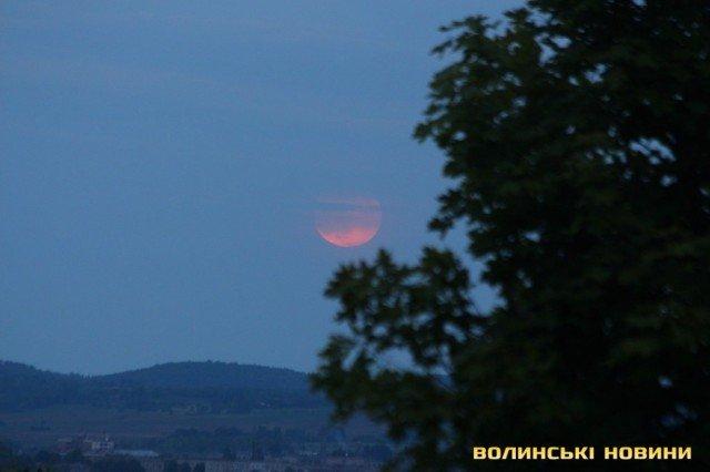 Полуничний місяць: яскраві фото незвичайного явища - фото 408789
